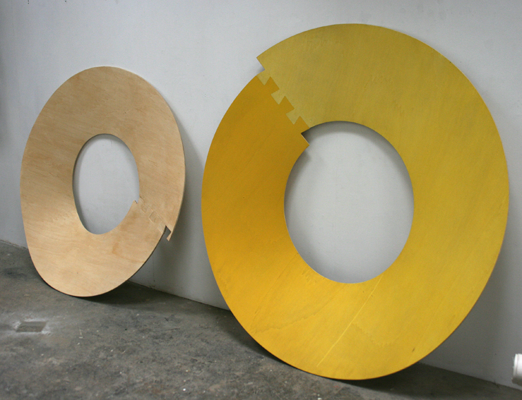Révolution#07. Bois, vernis. Diamètre 153 cm et Révolution#03. Bois, peinture en lavis. Diamètre 165 cm.