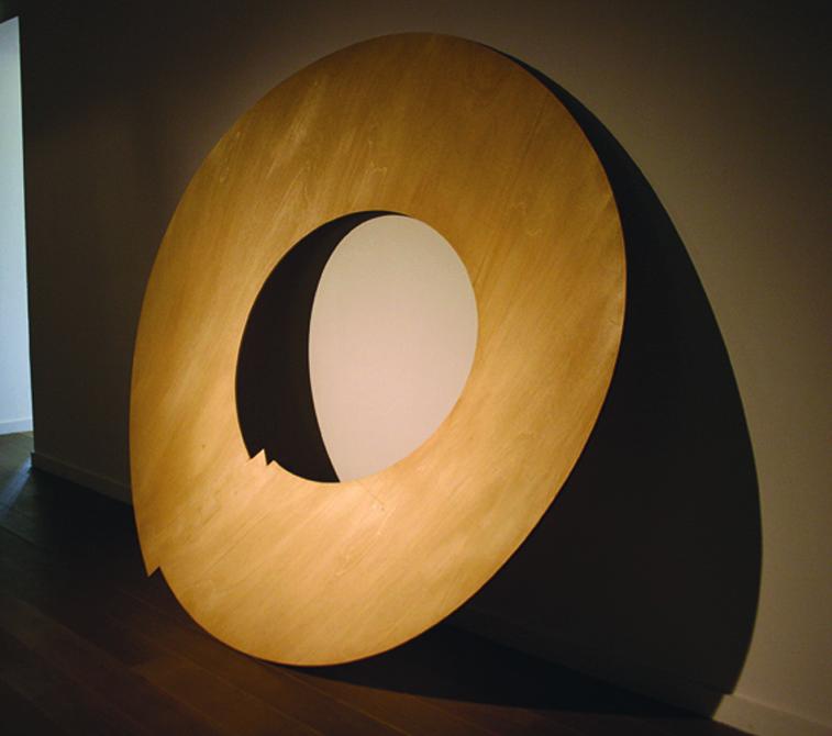Révolution#09. Bois, vernis. Diamètre 190 cm. Vue de l'exposition «D'autres Possibles», Centre d'Art Contemporain Le Pavillon Vendôme, Clichy-la-Garenne, 2016.